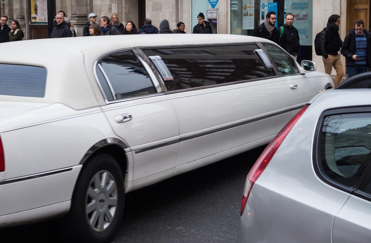 Parkerad vit limousine